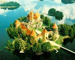 Перед Тракайским замком показали балет «Лебединое озеро»